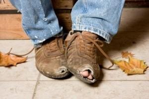 POBRE-ZAPATOS-ROTOS-FOTO-anyka-3998340-desgastadas-y-maltratadas-zapatos-de-un-mendigo-en-las-calles1
