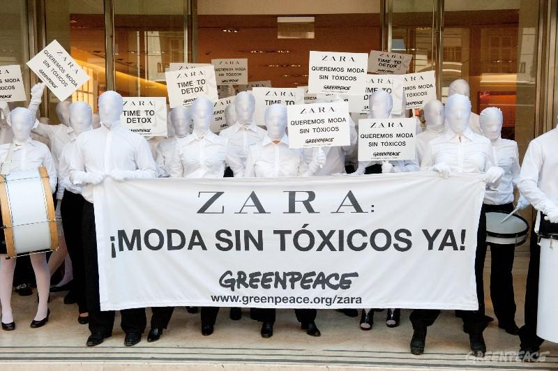 Buenos Aires, 24 de noviembre de 2012.- Mas de 900 activistas de Greenpeace en 80 ciudades alrededor del mundo exigen hoy y mañana a Zara, líder mundial de la moda, que elimine todas las sustancias químicas peligrosas de sus prendas, detectadas tras exhaustivos análisis de laboratorio en todo su proceso de producción. (c) Greenpeace / Martin Katz